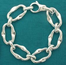 Bracciale artigianale argento 925 maglia allungata asimmetrica con congiunzione. Larghezza 17mm.