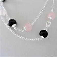 Collana in argento 925, catena maglia grumetta, sfere in onice nera e quarzo rosa. Lunghezza 90 cm.