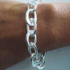 Bracciale artigianale in argento 925. Maglie ovali godronate asimmetriche. Larghezza 13mm.