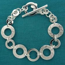 Bracciale in argento 925, maglie tonde texture ''Greca''. Chiusura Toggle, T-bar.