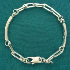 Bracciale in argento 925 massiccio, maglia allungata, filo sezione quadrata. Targhette laterali.