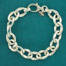 Bracciale argento maglia asimmetrica battuta centralmente.