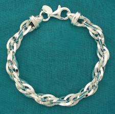 Bracciale artigianale in argento 925 massiccio, maglia ovale doppia, filo sezione triangolare. La...