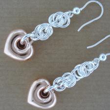 Orecchini pendenti in argento con cuore rosa.