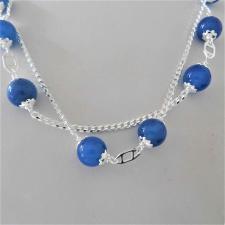Collana in argento 925, catena maglia grumetta, sfere in agata blu. Lunghezza 90 cm.