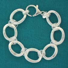 Bracciale artigianale in argento 925 maglie ovali godronate asimmetriche. Larghezza 18mm.